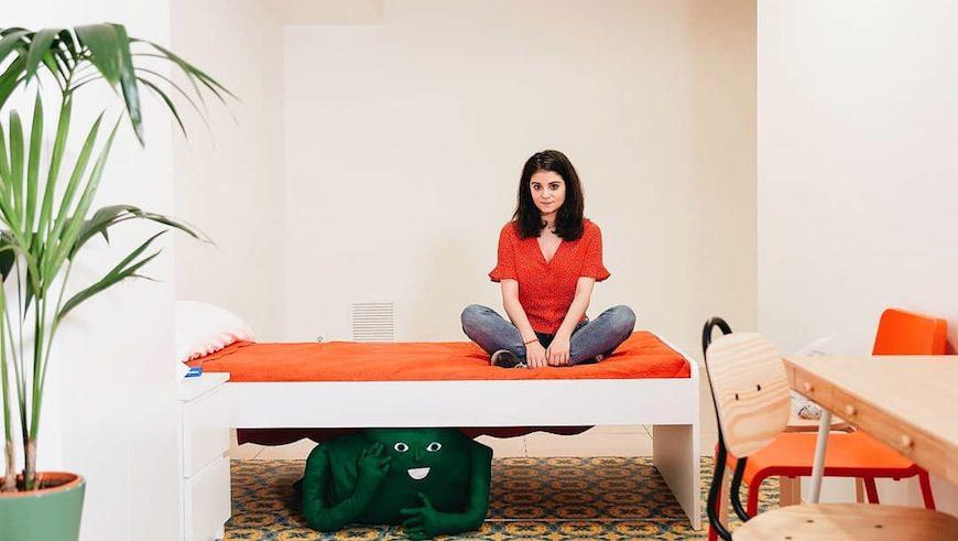 Elisa González posa con una reproducción de su 'fiqui'