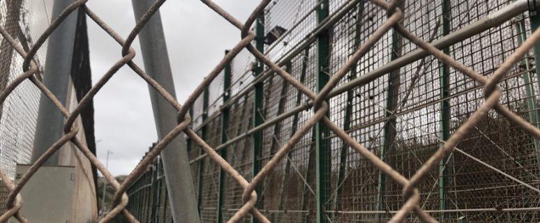 Imagen de primer plano de la valla de Melilla