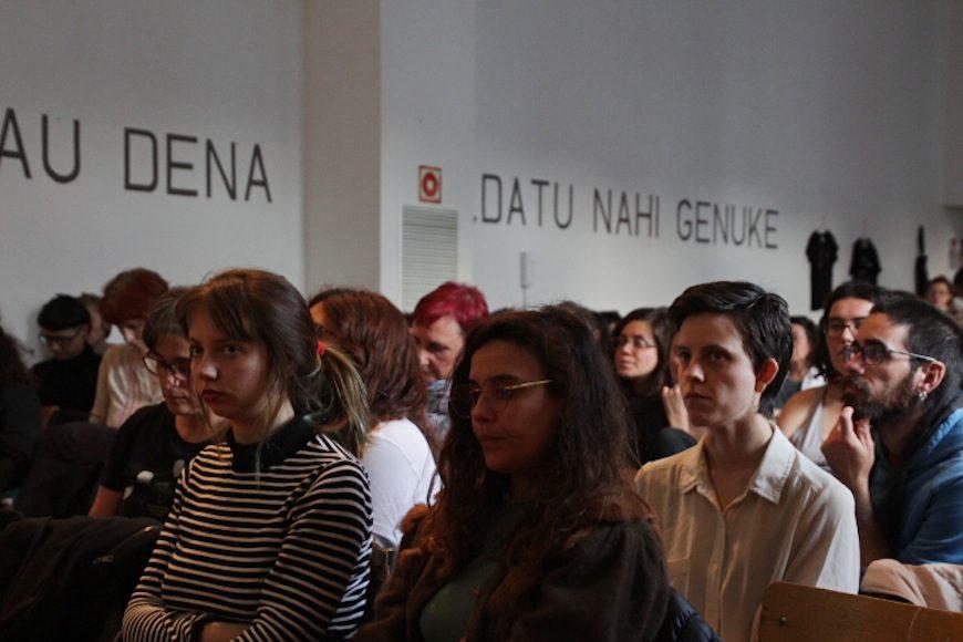 La sala de Katrakak se llenó para escuchar las distintas mesas redondas./ HELENA BAYONA