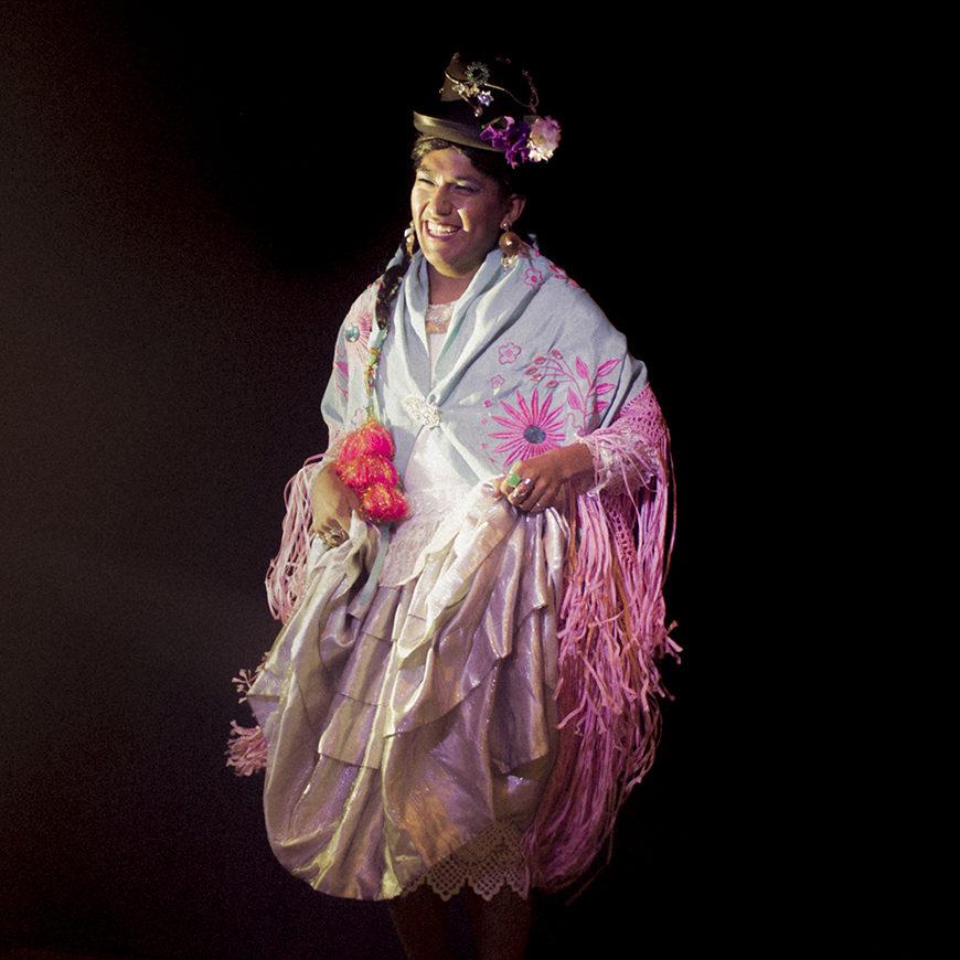 una mujer aymara con traje típico