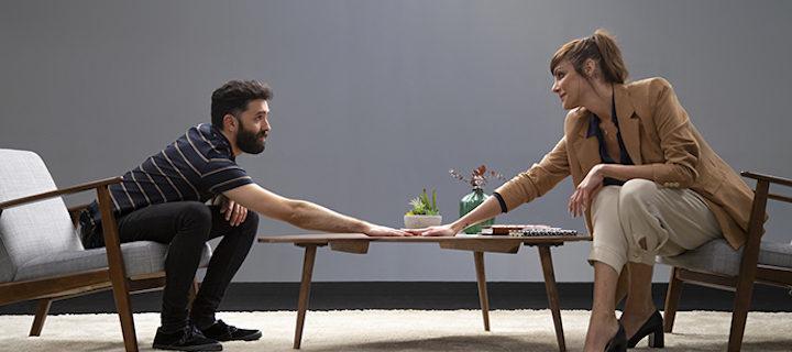 La protagonista del spot tiende la mano a uno de sus entrevistados