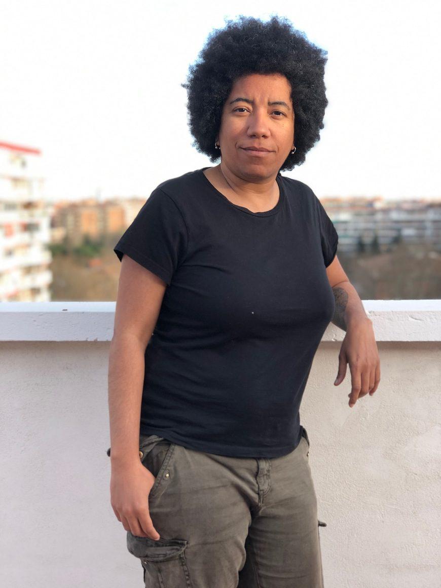 Esther Mayoko en el centro de la imagen posa