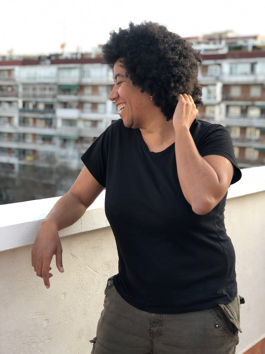 Esther Mayoko en una terraza posa de perfil
