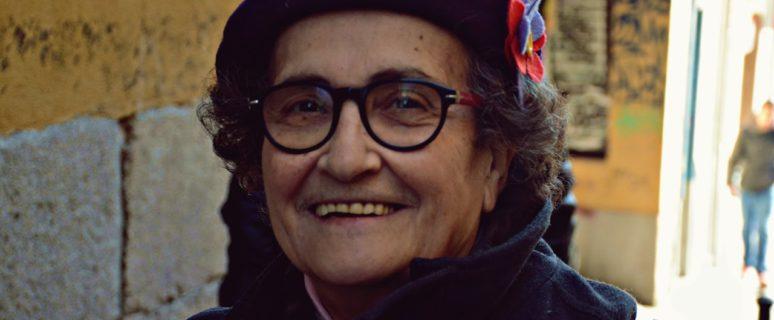 Rosa Arauzo en una fotografía para su candidatura al Consejo Ciudadano Estatal de Podemos, inconfudible con su boina morada y sus gafas de pasta.