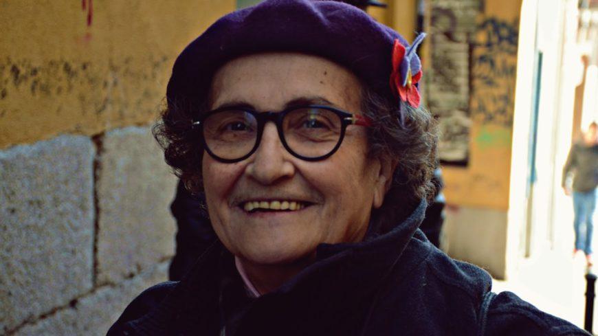 Rosa Arauzo en una fotografía para su candidatura al Consejo Ciudadano Estatal de Podemos, inconfundible con su boina morada y sus gafas