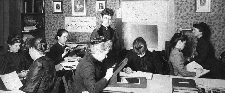Varias mujeres trabajando en una sala, en los primeros años del siglo XX