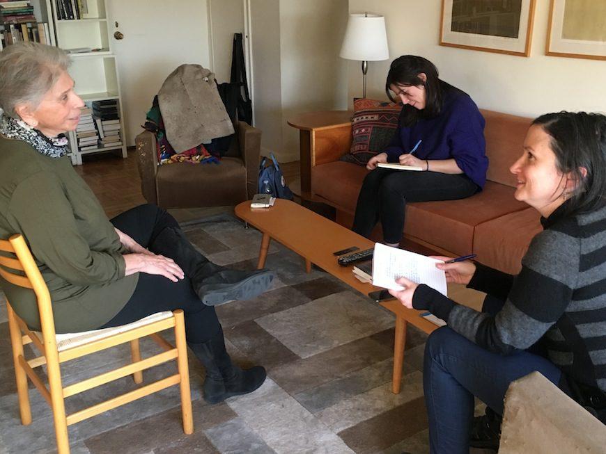 La escritora, en un momento de la entrevista con Matilde Gordero y Anna Bonet./LOURDES VELASCO