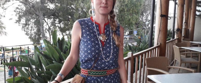 Una mujer posa en el centro de la imagen