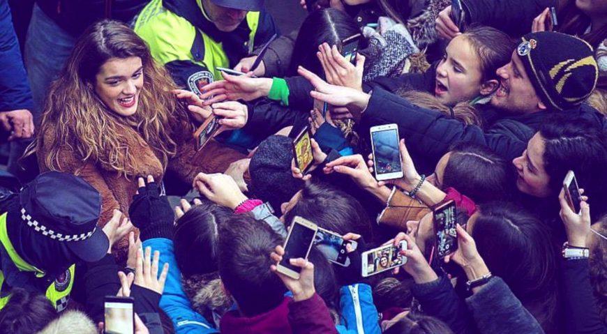 Amaia Romero, ganadora de Operación Triunfo en 2018, rodeada de seguidoras en Iruñea./ LollipOT2015 para Wikimedia Commons