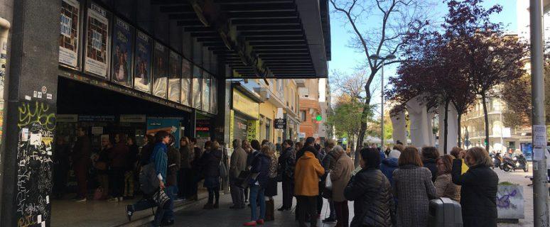 varias personas esperan en la calle para entrar al cine