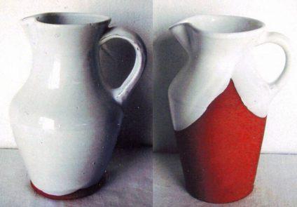 Dos jarras de cerámicas, una es blanca y otra blanca y roja