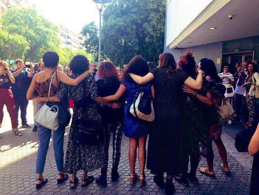 La abogada Pastora Filigrana, de espalda, junto a las acusadas. / Foto Violeta Assiego