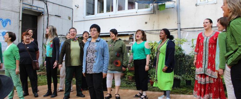 Activistas de Munduko Emakumeak en la fiesta de fin de curso de 2016, en el jardín de la asociación./ Ecuador Etxea