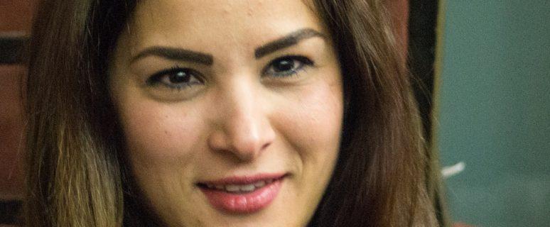 la cara de una mujer con media melena