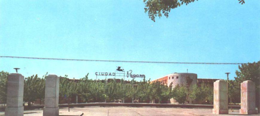 Imagen donde se ve el cartel a la entrada de Ciudad Pegaso