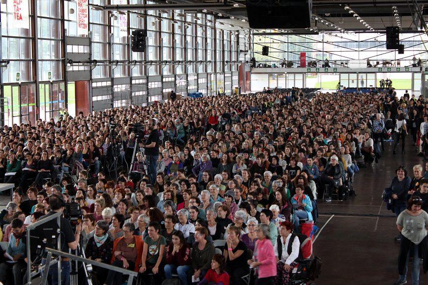 en la imagen, un plano general, se ven a miles de mujeres sentadas