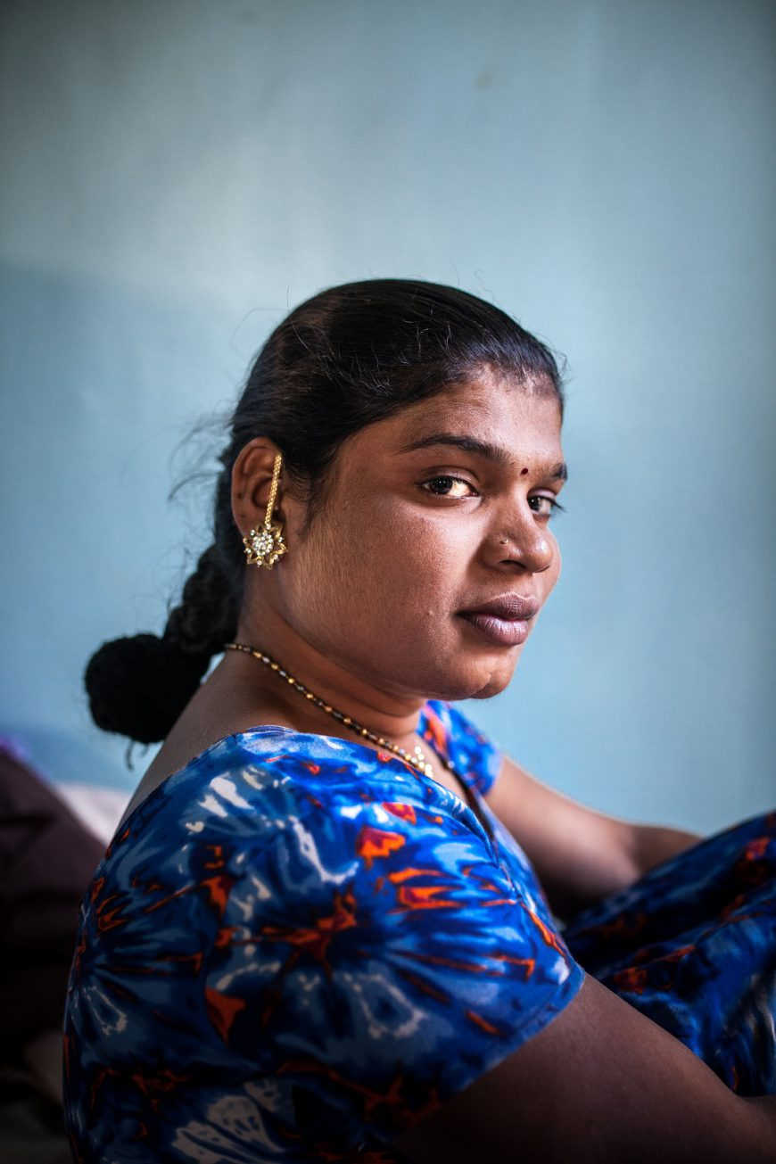 Vidas hijra Retrato de una mujer india con vestido azul y una trenza en el pelo. Lleva joyas doradas y el tradicional bindi en la frente.