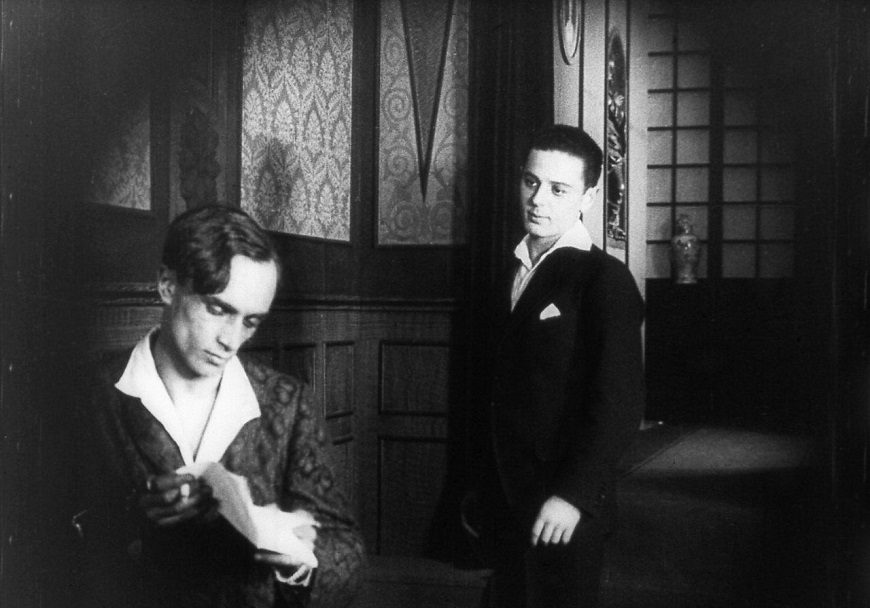 Escena de la película 'Diferente a los demás', sobre homosexualidad. Escena en blanco y negro donde aparecen dos hombres.