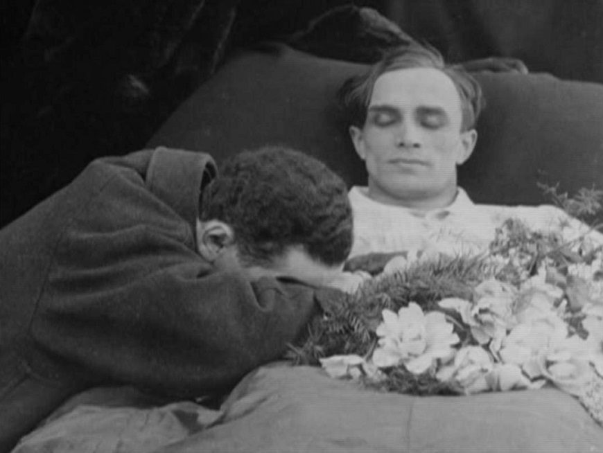 Secuencia de la película de Richard Oswald sobre homosexualidad. Un hombre muerto yace con unas flores en el regazo mientras otro llora sobre él.