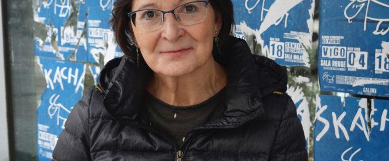 una mujer, con abrigo, gafas y media melena, posa de medio cuerpo