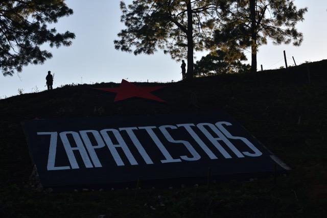sobre un pequeño monte se lee la palabra 'zapatistas'