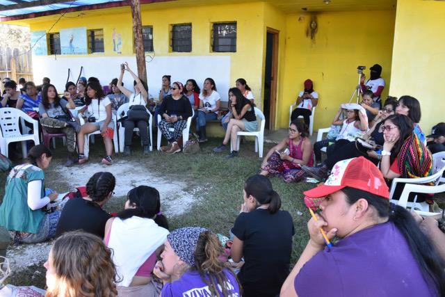 un grupo de mujeres están sentadas en círculo