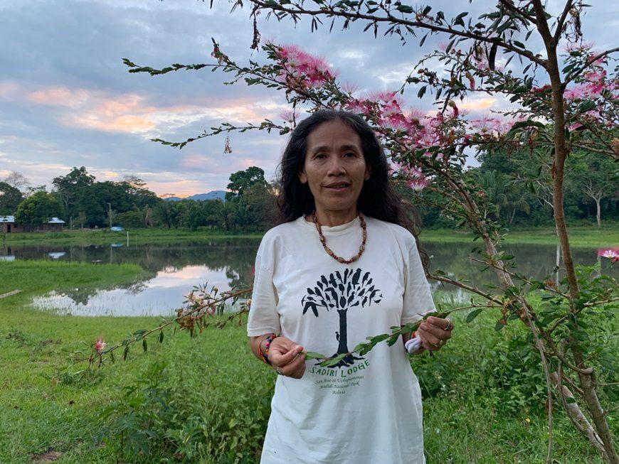 una mujer posa en medio de la naturaleza