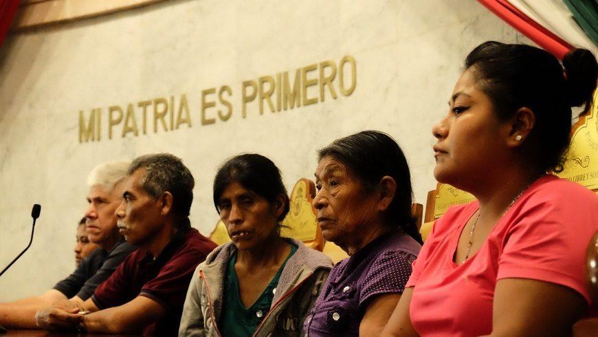 varias personas, mujeres y hombres, en la tribuna de un tribunal bajo la frase 'mi patria es primero'