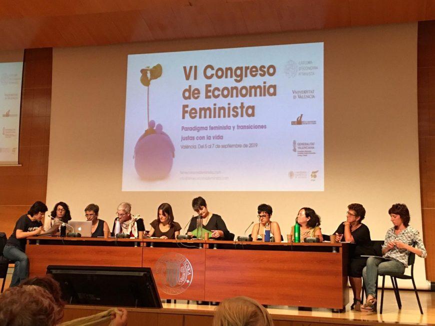 un grupo de mujeres en una mesa de una clase universitaria